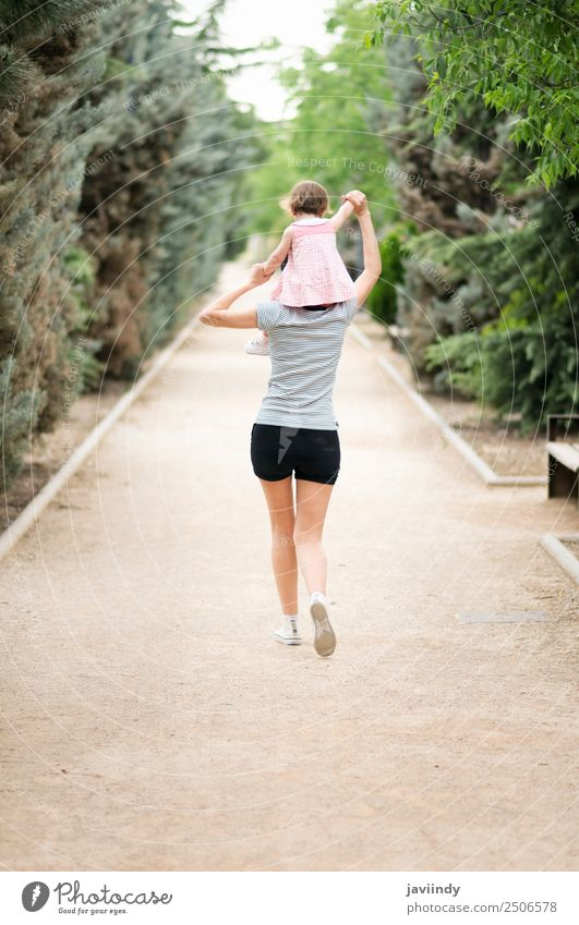 Kleines Mädchen, das auf den Schultern ihrer Mutter läuft. Freude Leben Spielen Kindererziehung Mensch feminin Baby Kleinkind Junge Frau Jugendliche Erwachsene