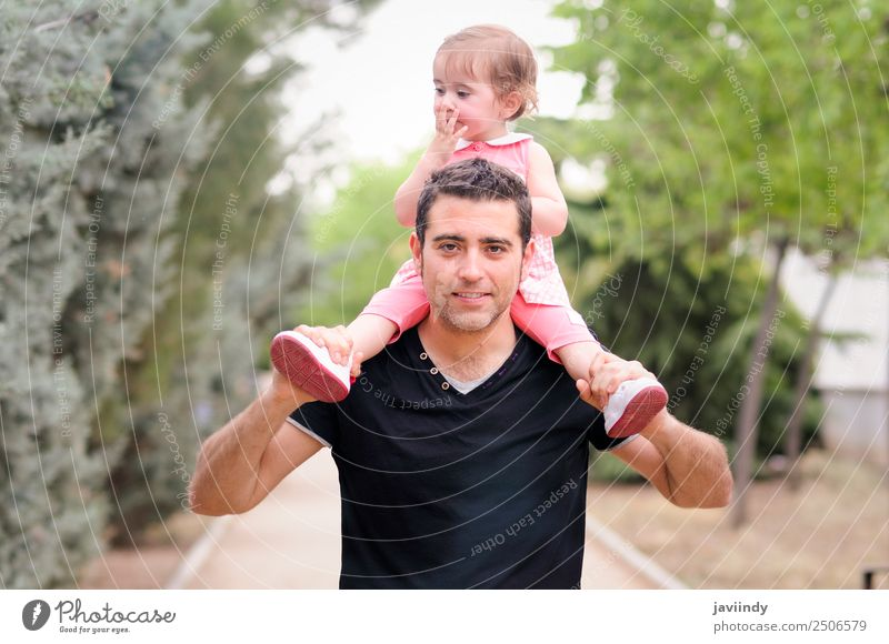 Kleines Mädchen zu Fuß auf den Schultern ihres Vaters im Park Kindererziehung Mensch Baby Kleinkind Frau Erwachsene Eltern Familie & Verwandtschaft Kindheit