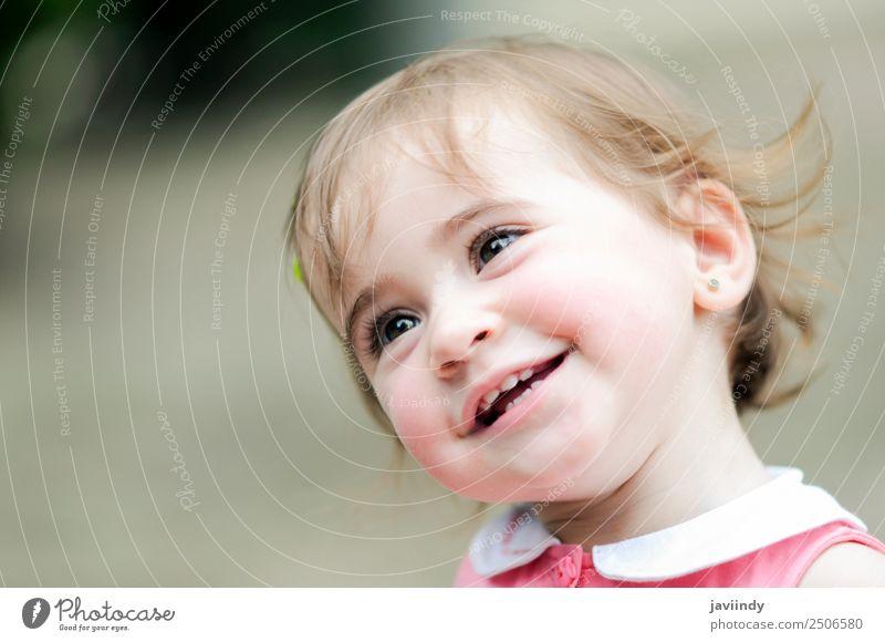 Liebenswertes kleines Mädchen, das in einem Stadtpark spielt. Lifestyle Freude Glück schön Freizeit & Hobby Spielen Sommer Kind Mensch feminin Baby Kleinkind