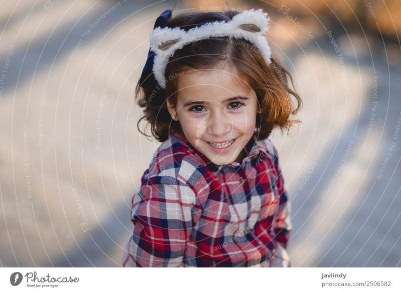 Fröhliches, bezauberndes kleines Mädchen, das im Freien lächelt. Lifestyle Freude Glück schön Gesicht Sommer Kind Mensch feminin Kleinkind Frau Erwachsene