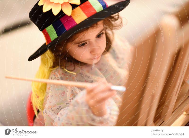 Glückliches kleines Mädchen malt zu Hause ein Bild. Spielen Sonne Kind Handwerk Kleinkind Kindheit 1 Mensch 3-8 Jahre Kunst Hut Lächeln lustig niedlich