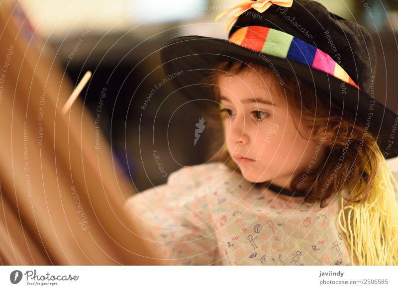 Glückliches kleines Mädchen malt zu Hause ein Bild. Spielen Kind feminin Kleinkind Kindheit 1 Mensch 3-8 Jahre Kunst Hut streichen lustig niedlich Kreativität