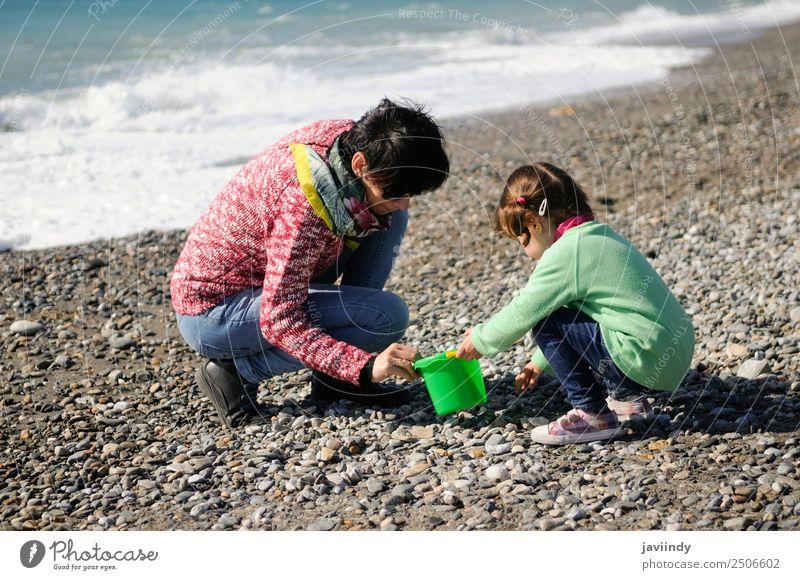 Mutter und kleine Tochter haben im Winter Spaß am Strand. Ferien & Urlaub & Reisen Kind Mensch Mädchen Junge Frau Jugendliche Erwachsene Eltern