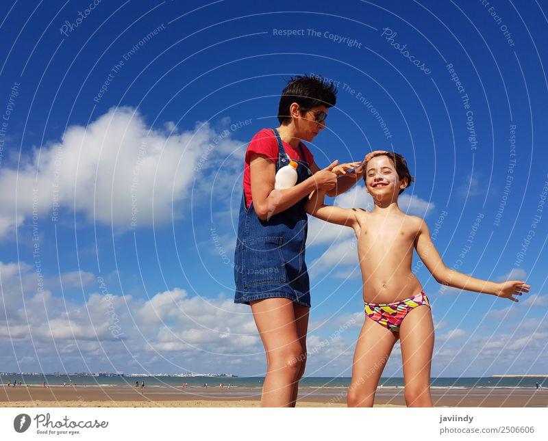 Mutter und kleine Tochter haben im Winter Spaß am Strand. Lifestyle Creme Ferien & Urlaub & Reisen Sommer Kind Mensch Mädchen Junge Frau Jugendliche Erwachsene