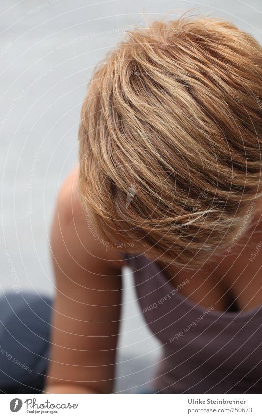 Vertieft ruhig Mensch Junge Frau Jugendliche Kopf Haare & Frisuren Brust Arme 1 18-30 Jahre Erwachsene T-Shirt blond kurzhaarig beobachten Denken sitzen schön