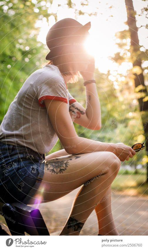 [LS116] - Junge Frau mit Tattoos auf einer Parkbank Lifestyle Freude Ferien & Urlaub & Reisen Abenteuer Jugendliche Erwachsene Leben 18-30 Jahre 30-45 Jahre