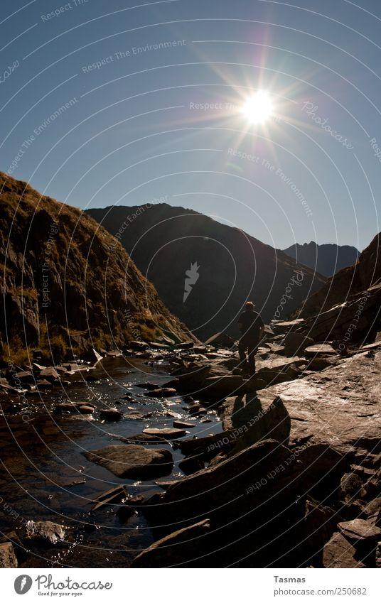 (Don't) Look Back Into The Sun Mensch Natur Mann blau Wasser Ferien & Urlaub & Reisen Sommer Pflanze Tier Erwachsene Landschaft Berge u. Gebirge Felsen wandern