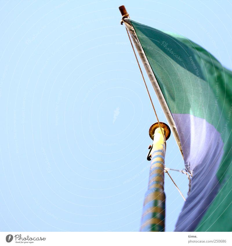 Riesenwimpel blau grün gelb hoch Fahne Schnur Tiefenschärfe gestreift Fahnenmast Windung