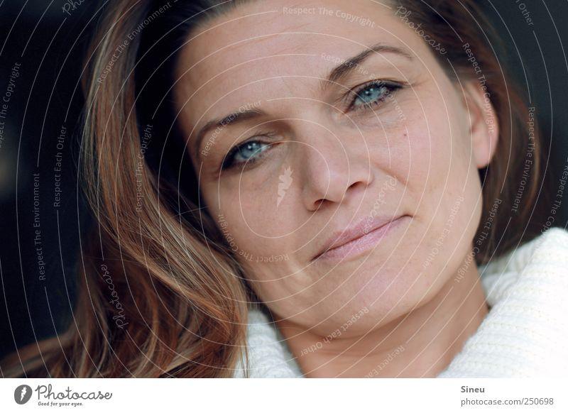 Geradeaus Frau Mensch ruhig Gesicht Auge Erholung feminin Kopf Haare & Frisuren Erwachsene träumen Zufriedenheit Mund Nase Lippen beobachten