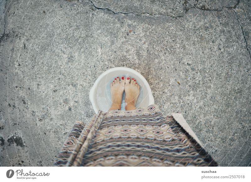 abkühlung Fuß Wasser kalt Kübel Schalen & Schüsseln Wärme Sommer hochsommer hitzewelle Hitzschlag Hitzeschock Herz-/Kreislauf-System Kühlung Frau weiblich