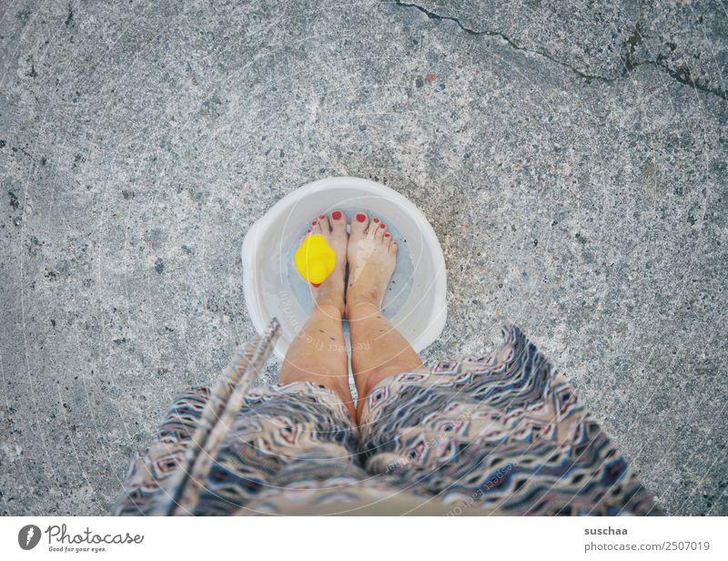 abkühlung mit ente Fuß Wasser kalt Kübel Schalen & Schüsseln Wärme Sommer hochsommer hitzewelle Hitzschlag Hitzeschock Herz-/Kreislauf-System Kühlung Frau