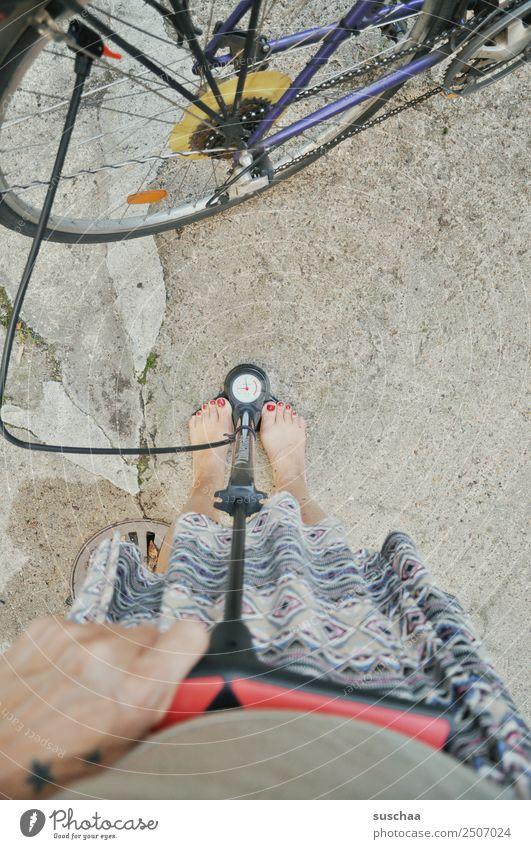 pump my fahrrad (2) Rad Fahrrad Fahrradfahren Schlauch aufpumpen Luft Luftpumpe Hand Finger Beine Fuß weiblich Barfuß Druck Anzeige Luftdruck messen Speichen