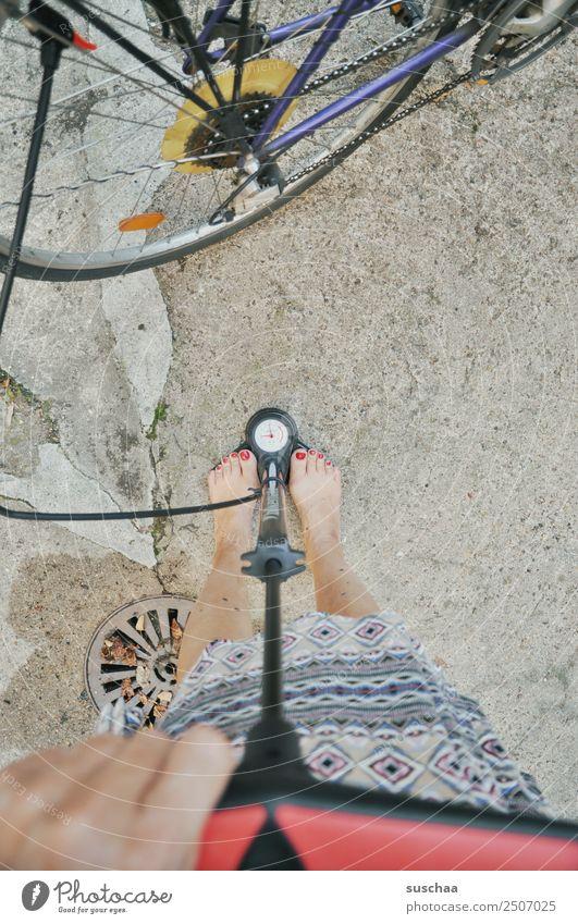pump my fahrrad (1) Rad Fahrrad Schlauch aufpumpen Luft Luftpumpe Hand Finger Beine füße weiblich Barfuß Druck Anzeige Luftdruck