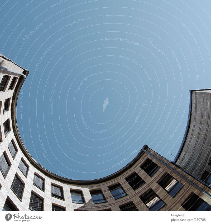 rundheraus Himmel blau Haus Fenster grau Gebäude Bogen Wolkenloser Himmel Halbkreis