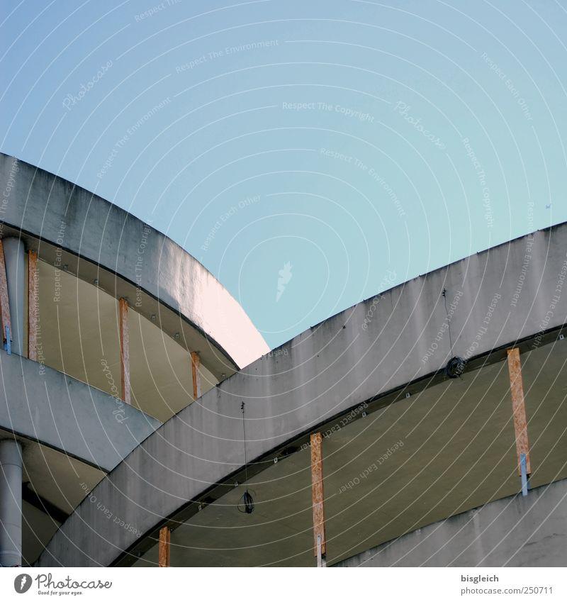 Parkhaus Himmel Wolkenloser Himmel Beton Holz bauen blau grau Baustelle Farbfoto Außenaufnahme Menschenleer Textfreiraum oben Tag