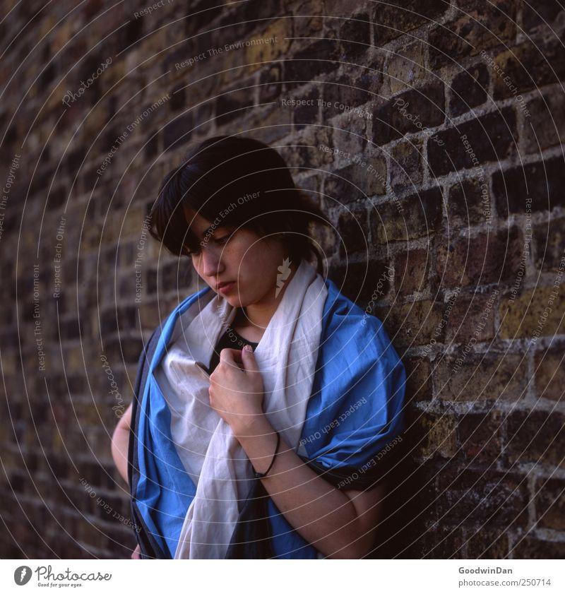 was machen wir eigentlich? Mensch feminin Junge Frau Jugendliche Erwachsene 1 18-30 Jahre Stadtzentrum Altstadt Mauer Wand Fassade Mode Bekleidung Schal Denken