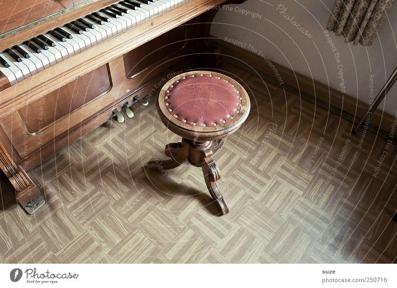 Klavierstunde alt Holz Musik braun Wohnung Freizeit & Hobby Häusliches Leben Bodenbelag Pause Klaviatur Klavier antik Klang Klassik Kostbarkeit Antiquität