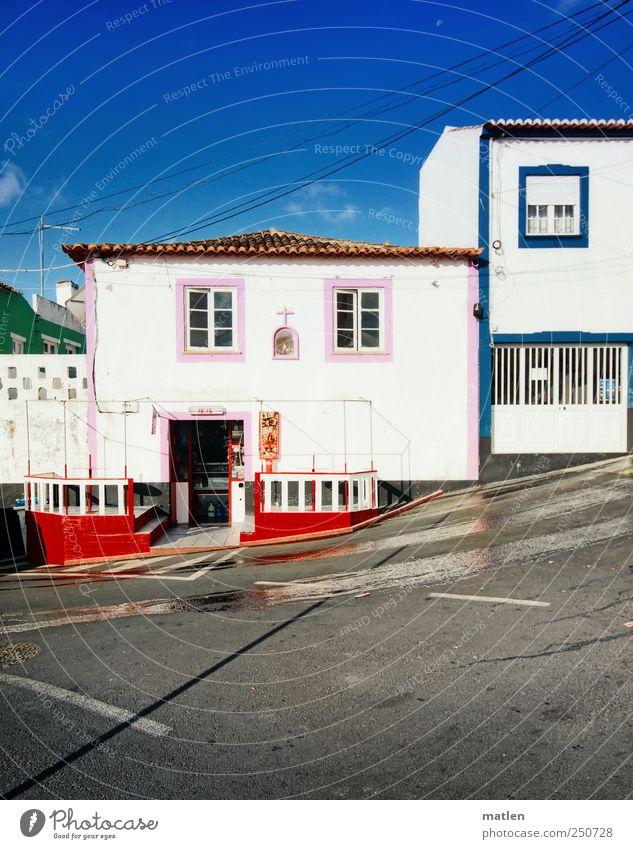 Haus am Berg grün blau rot Farbe Straße Wand Fenster grau Mauer Tür Dach Dorf Terrasse Straßenkreuzung Fußgängerzone