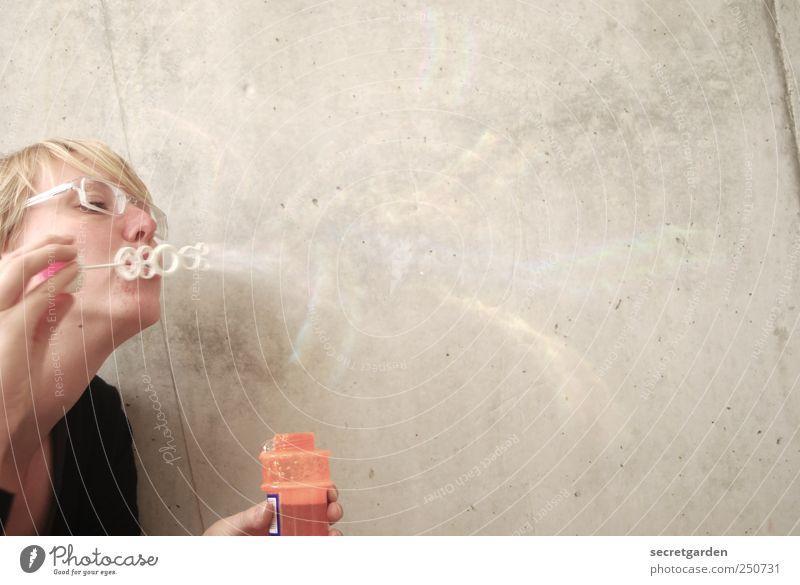 pustekuchen!! Mensch Jugendliche Freude Erwachsene Ferne Erholung Wand Spielen Bewegung Mauer Kindheit Beton 18-30 Jahre Vergänglichkeit Junge Frau