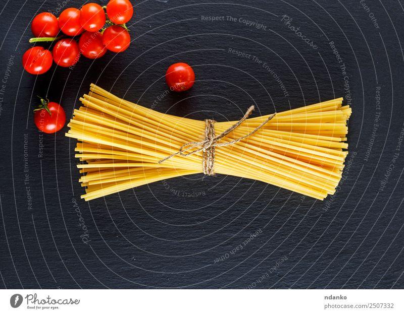 rohe italienische lange Nudeln Gemüse Teigwaren Backwaren Vegetarische Ernährung Italienische Küche Essen frisch groß oben gelb rot schwarz Farbe Tradition