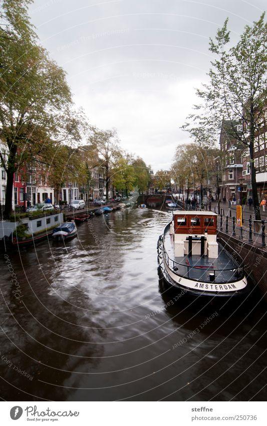 I AM STERDAM Wasser Baum Haus ästhetisch Fluss Schifffahrt Stadtzentrum Hauptstadt Niederlande Altstadt Amsterdam Kanal Fischerboot Bootsfahrt Gracht