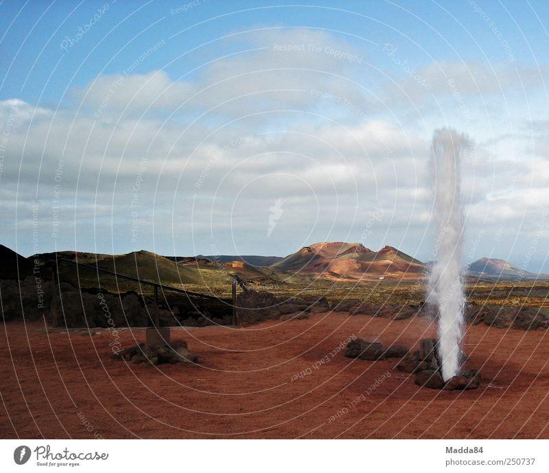 künstlicher Springquell - Erdwärme Landschaft Wasser Himmel Wolken Berge u. Gebirge Vulkan Fuerteventura Insel Menschenleer Sand außergewöhnlich exotisch frei