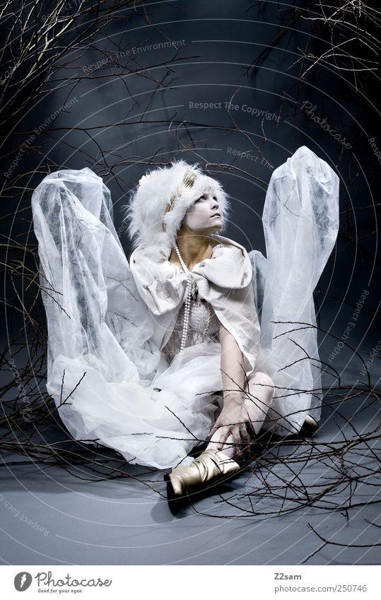 ANGEL elegant Stil feminin Junge Frau Jugendliche 1 Mensch 18-30 Jahre Erwachsene Natur Sträucher Mode Kleid Fell Accessoire Mütze sitzen träumen