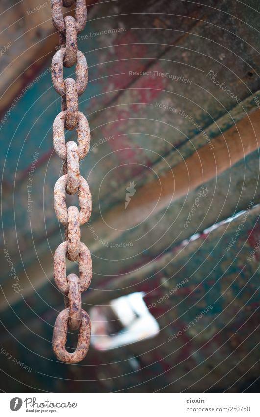 Ankerkette alt Holz Metall authentisch Vergänglichkeit Rost Verfall Schifffahrt hängen Kette verrotten Endzeitstimmung Schiffsplanken Fischerboot Kettenglied