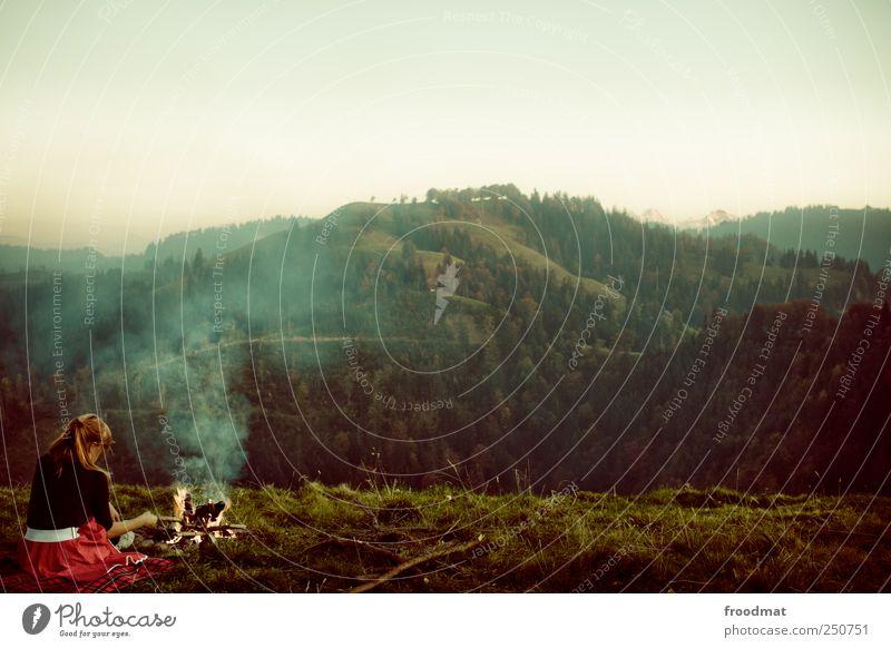 Herbstpicknick Mensch Frau Natur Jugendliche Ferien & Urlaub & Reisen Sommer ruhig Erwachsene Wald Erholung Umwelt Landschaft Berge u. Gebirge Freiheit träumen Freizeit & Hobby