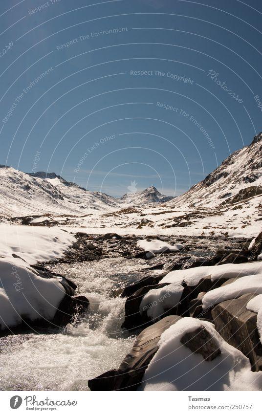 Winterwunderland Natur Wasser blau weiß Schnee Umwelt Landschaft träumen Wetter Felsen Abenteuer ästhetisch Coolness Fluss Urelemente Wandel & Veränderung