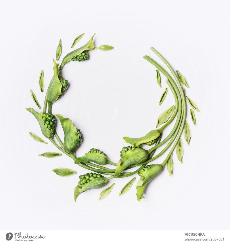 Grüner Kranz mit Blumen und Pflanzen auf weiß Stil Design schön Sommer Dekoration & Verzierung Natur Blatt Blüte Hintergrundbild umwinden Rahmen