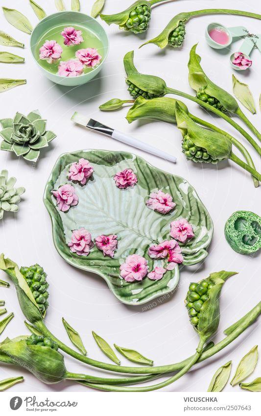 Schüssel in Form des tropischen Blattes mit Blumen und Wasser Stil Design schön Körperpflege Kosmetik Gesundheit Wellness Wohlgefühl Sinnesorgane Erholung Duft