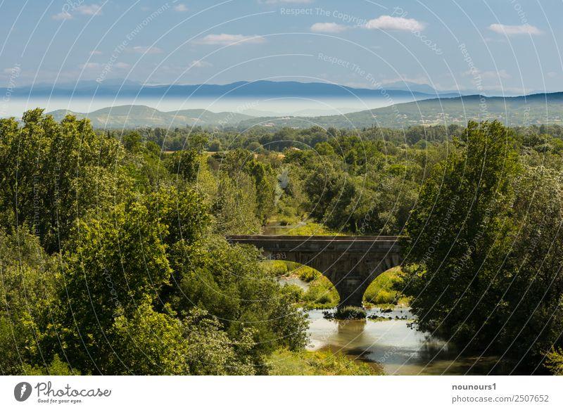 Natursteinbrücke in der Landschaft Wasser Himmel Wolken Horizont Sommer Schönes Wetter Pflanze Baum Berge u. Gebirge Flussufer Brücke natürlich blau braun grau