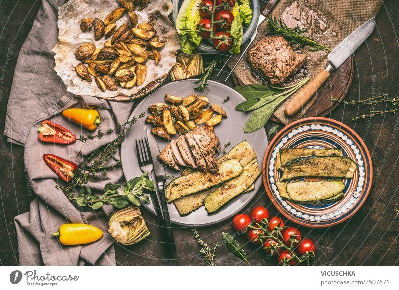 Gegrilltes Schweinesteak und Gemüse Lebensmittel Fleisch Salat Salatbeilage Ernährung Bioprodukte Geschirr Teller Besteck Stil Design Grill Steak grillen Speise