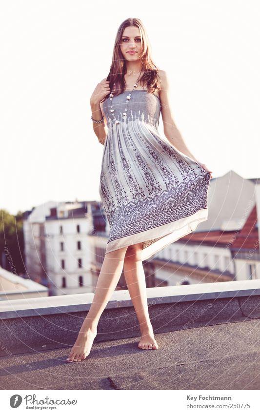 ° Mensch Jugendliche schön Sommer Erwachsene Haus feminin Leben Stil elegant Fassade ästhetisch Lifestyle Dach Kleid