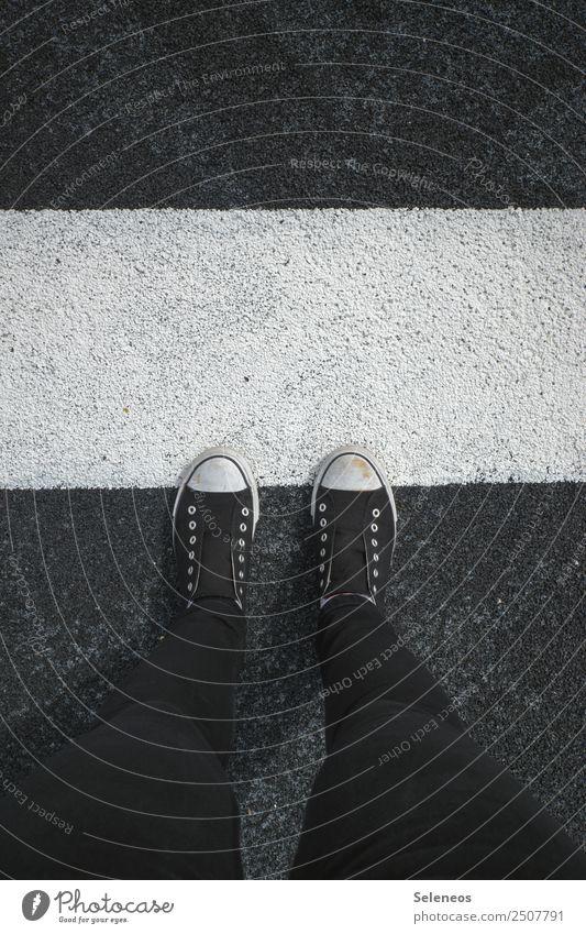 Tarnung Mensch Beine Fuß 1 Straße Schuhe Turnschuh Linie Streifen Fahrbahnmarkierung stehen Versteck Außenaufnahme Textfreiraum oben
