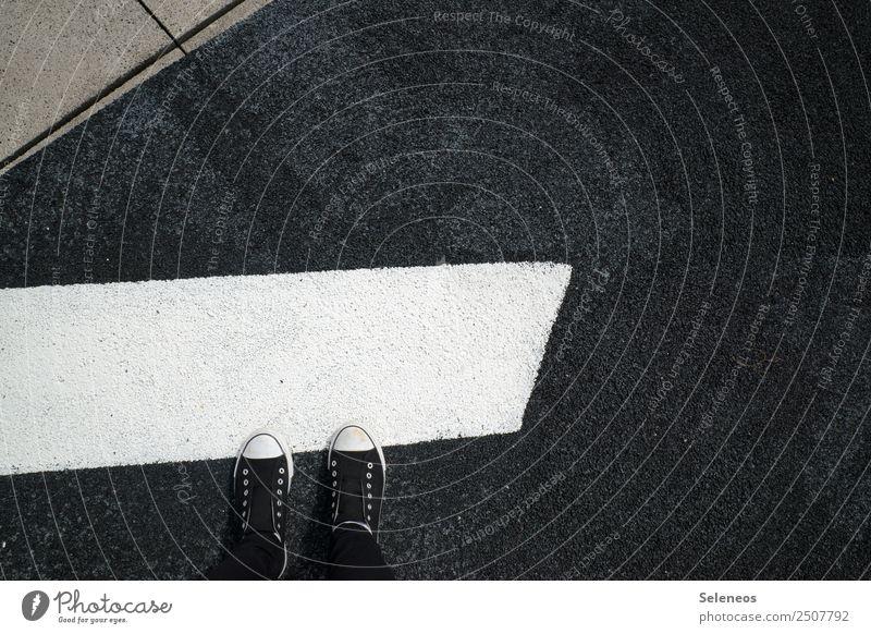 Camouflage Beine Fuß 1 Mensch Straße Wege & Pfade Schuhe Turnschuh Zeichen Schilder & Markierungen Verkehrszeichen Linie Streifen eckig Tarnung verstecken