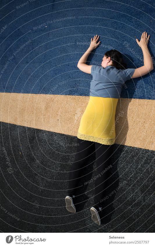 Eins, zwei, drei, vier Eckstein... Frau Mensch blau schwarz Straße Erwachsene gelb feminin Kunst Spielen Freizeit & Hobby Linie verstecken Tarnung
