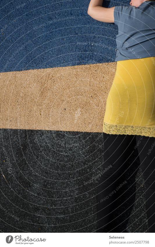Camouflage Mensch feminin Rücken 1 Bekleidung Linie Streifen Originalität Tarnung Versteck verstecken Farbfoto Außenaufnahme Textfreiraum links Rückansicht