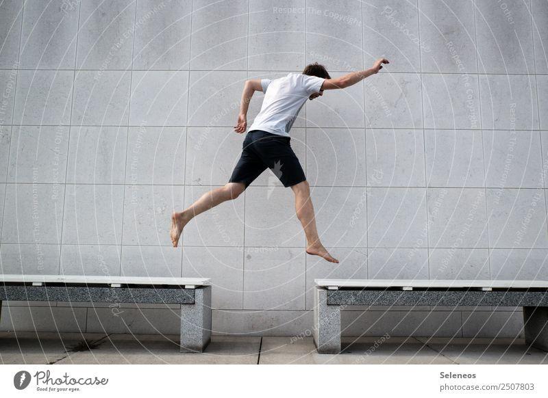 auf dem Sprung sportlich Fitness Spielen Sport Sport-Training Mensch maskulin Mann Erwachsene 1 Bank springen Freude Fröhlichkeit Lebensfreude Mut Farbfoto