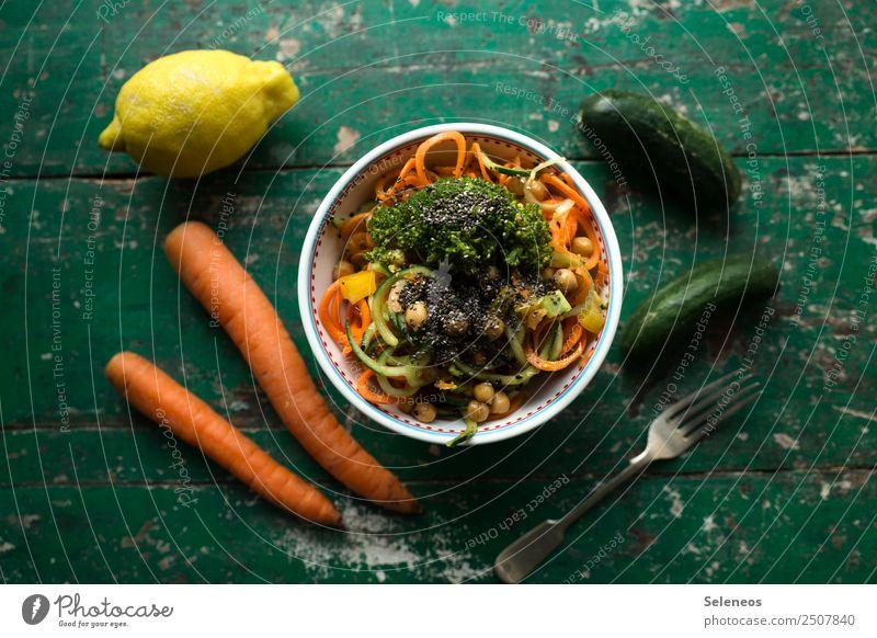 njom njom Lebensmittel Gemüse Salat Salatbeilage Karottensalat Möhre Zitrone Gurke Brokkoli Kichererbsen Ernährung Essen Mittagessen Abendessen Bioprodukte