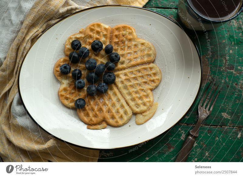 Frühstück am Wochenende Lebensmittel Frucht Teigwaren Backwaren Waffel Blaubeeren Zucker Kaffee Ernährung Essen genießen lecker süß Farbfoto Innenaufnahme