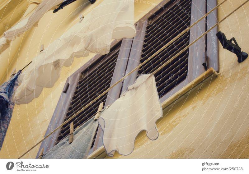 bella italia weiß Haus Fenster Mauer Arbeit & Erwerbstätigkeit Fassade geschlossen Seil Bekleidung Stoff Italien Wäsche Unterwäsche trocknen Textilien Handtuch