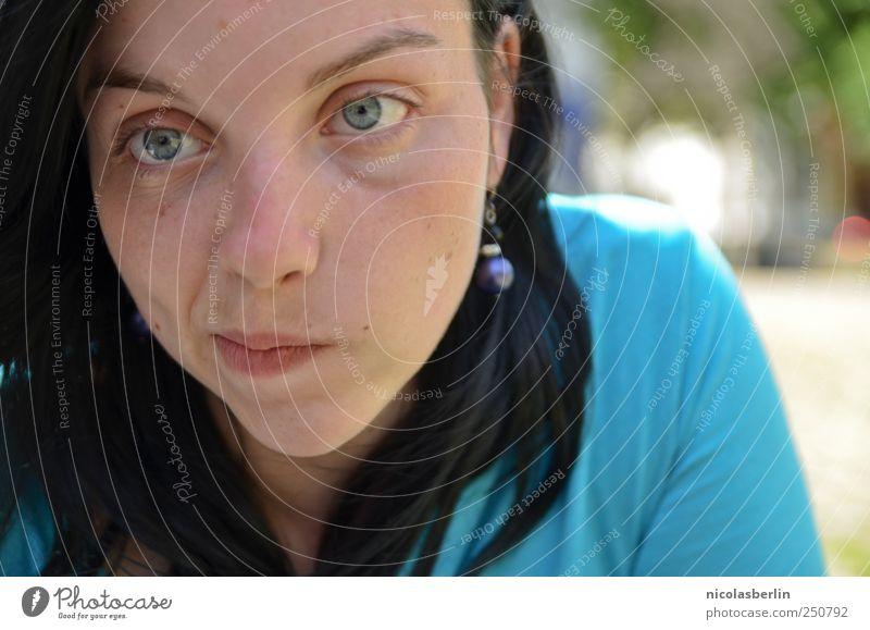 bleue schön feminin Junge Frau Jugendliche Freundschaft 1 Mensch 18-30 Jahre Erwachsene Ohrringe schwarzhaarig langhaarig wählen Denken Kommunizieren Blick