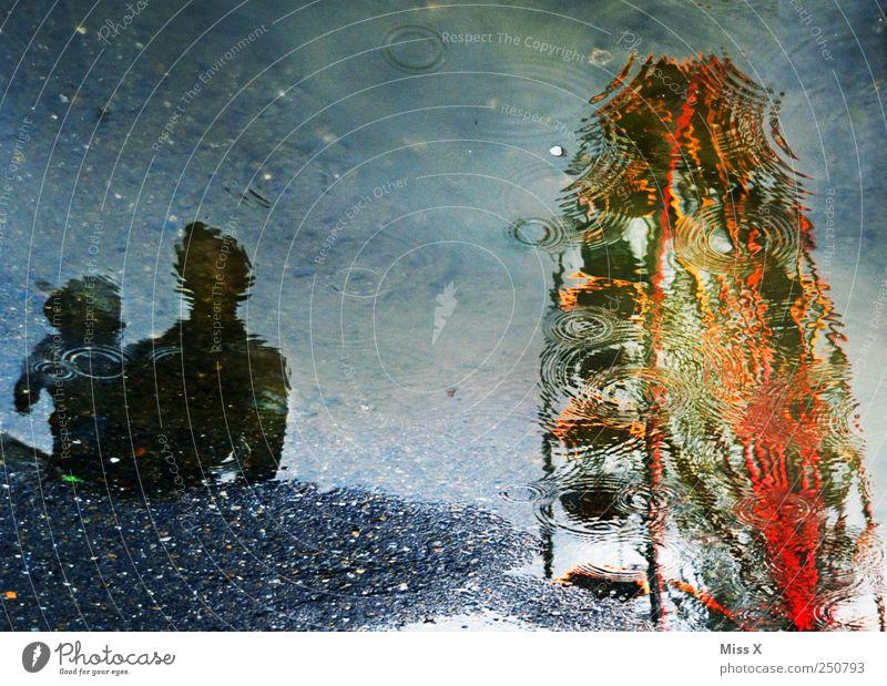 Pfützenbild Mensch Kind Wasser Erwachsene kalt Wege & Pfade Familie & Verwandtschaft Regen Baby nass Wassertropfen Kleinkind Vater Jahrmarkt Pfütze schlechtes Wetter