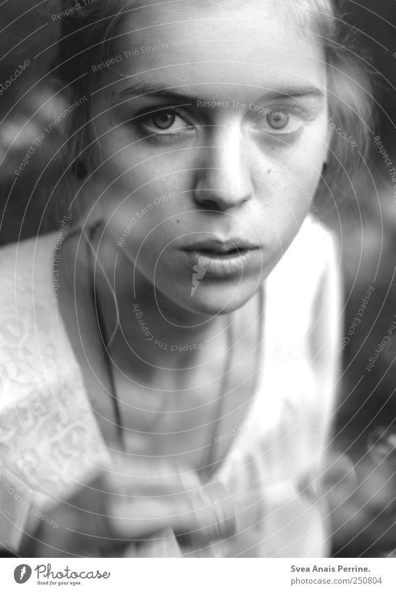 tage wie diese. Mensch Jugendliche Erwachsene Gesicht feminin Haare & Frisuren Geschwindigkeit einzigartig 18-30 Jahre Vergänglichkeit Junge Frau Seifenblase Dutt Schwarzweißfoto Blase