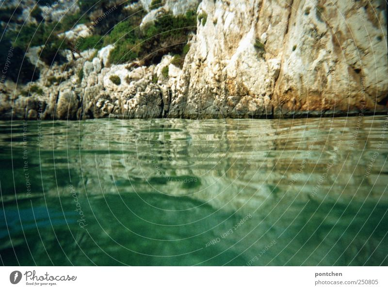 Urlaub und Erholung. Meer und Felsen. Blick vom Wasser. Idylle Freizeit & Hobby Ferien & Urlaub & Reisen Tourismus Sommer Sommerurlaub entdecken grün