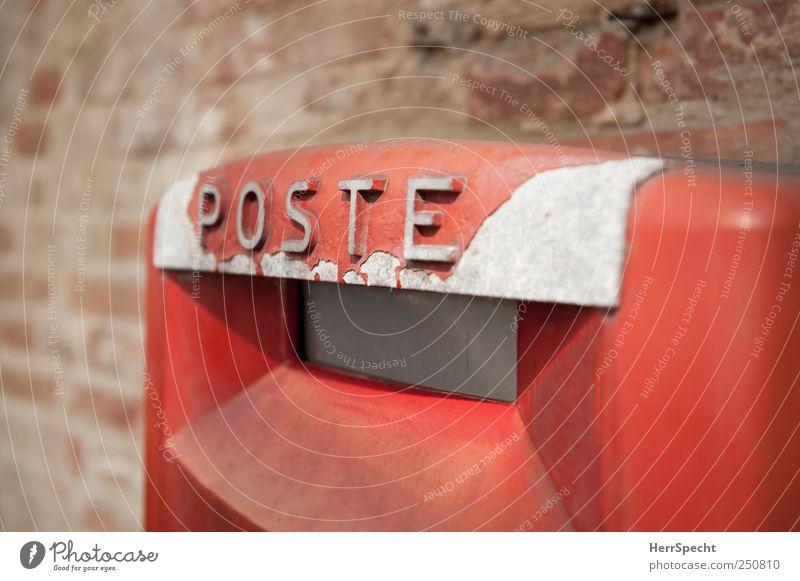 Immer auf dem Poste(n) Mauer Wand Metall Schriftzeichen alt rot Nostalgie Briefkasten Italien Lack verfallen Backsteinwand Farbfoto Außenaufnahme Nahaufnahme