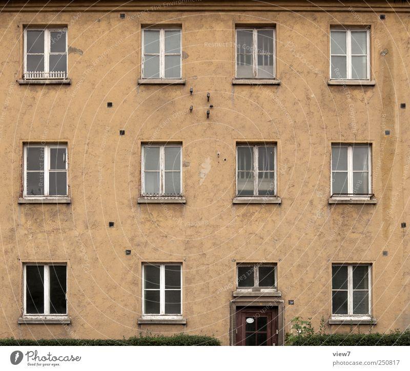 1.200 Geschichten alt ruhig Einsamkeit Haus dunkel Fenster Wand Mauer Gebäude Tür Fassade Beton authentisch Streifen Häusliches Leben retro