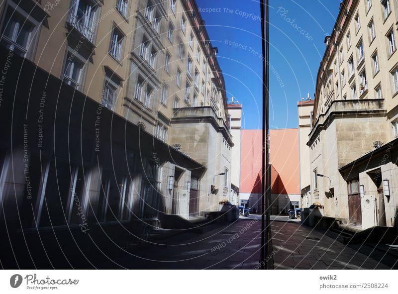 Lieferanteneingang Wolkenloser Himmel Dresden Deutschland Haus Gebäude Fünfziger Jahre Mauer Wand Fassade Fenster Tür Stein Beton Glas bedrohlich eckig Stadt